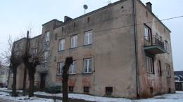 """""""Warszawianka"""" to budynek komunalny przy ul. Kościuszki 7 w Woli Krzysztoporskiej"""