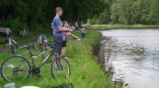 Wędkarze z rowerami nad stawem