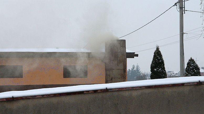 Ciemny dym lecący z komina