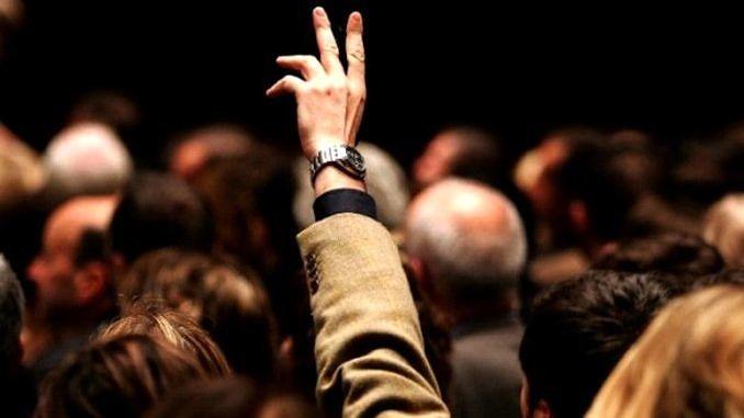 ręka podniesiona nad głowani innych