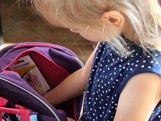 Dziewczynka zaglda do plecaka