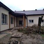 Prace nad remintem i przebudową Domu Ludowego w Oprzężowie. Przybudówka a juz dach i okna