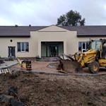 Front budynku Domu Ludowego w Oprzężowie - nowa elewacja i wejście