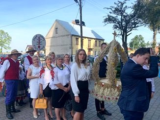 Dożynki Parafialne 2020 w Milejowie - delegacja Siomek z wińcem wchodzi do kościoła