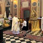Dożynki Parafialne 2020 w Milejowie - dziewczynka podaje kwiaty księdzu