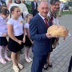 Dożynki Parafialne 2020 w Milejowie - delegacja Siomek z chlebem dożynkowym przed wejściem do kościoła