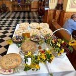 Dożynki Parafialne 2020 w Milejowie chleby i dary wręczane na mszy leżące na stole