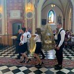 Dożynki Parafialne 2020 w Milejowie - delegacja z wieńcem i chlebem idzie przez kościół