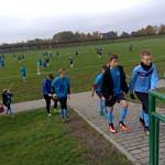 Młodzi piłkarze LKS Wola Krzysztoporska na boisku w Woli Krzysztoporskiej schodzą z boiska