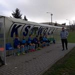 Młodzi piłkarze LKS Wola Krzysztoporska siedzą pod wiatą przy boisku