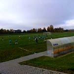 Młodzi piłkarze LKS Wola Krzysztoporska na boisku w Woli Krzysztoporskiej podczas meczu z Czarnymi Rozprza