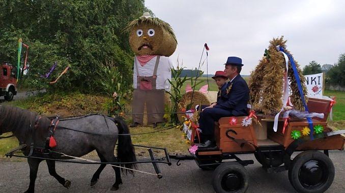 Dożynki Parafialne w Parzniewicach orgnizowane przez wsie Łużyk i Przydztki - przystrojona bryczka ciągnięta przez kucyka - jedzie nią mężczyzna w kapeluszu i chłopiec