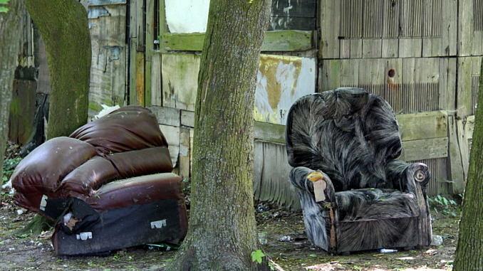 Śmieci wiekogabarytowe - porzucona wersalka i fotel
