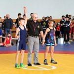 Mistrzostwa Polski Szkół Podstawowych U15 w zapasach w stylu klasycznym - sędzia wskazuje zwycięzcę, dłoń uniesiona w górę
