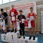 Mistrzostwa Polski Szkół Podstawowych U15 w zapasach w stylu klasycznym - zawodnicy na podium z medalami, koszulkami i dyplomamia