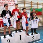 Mistrzostwa Polski Szkół Podstawowych U15 w zapasach w stylu klasycznym - zawodnicy na podium z medalami, koszulkami i dyplomami