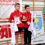 Mistrzostwa Polski Szkół Podstawowych U15 w zapasach w stylu klasycznym - dwaj bracia na podium z medalami i dyplomami
