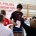 Mistrzostwa Polski Szkół Podstawowych U15 w zapasach w stylu klasycznym - zawodnikowi wręcza medal Iwona Zapała