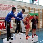 Mistrzostwa Polski Szkół Podstawowych U15 w zapasach w stylu klasycznym - zawodnicy na podium podają sobie dłonie