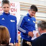 Mistrzostwa Polski Szkół Podstawowych U15 w zapasach w stylu klasycznym - zawodnicy na podium otrzymują medale