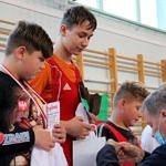 Mistrzostwa Polski Szkół Podstawowych U15 w zapasach w stylu klasycznym - zawodnicy na podium dekorowni medalami przez Marka Ogrodnika