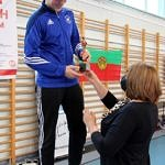 Mistrzostwa Polski Szkół Podstawowych U15 w zapasach w stylu klasycznym - na podiumPatryk Robaszek otrzymuje statuetkę od dyrektor Iwony Zapały