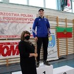Mistrzostwa Polski Szkół Podstawowych U15 w zapasach w stylu klasycznym - na podium Igor Jarek otrzymuje statuetkę od dyrektor Iwony Zapały