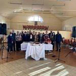 Grupa mieszkańców Piekar (w maseczkach) biorąca udział w spotkaniu integracyjnym - widać nowy zestaw nagłaśniający