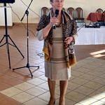 Sołtys Piekar Maria Głowacka stoi z mikrofonem