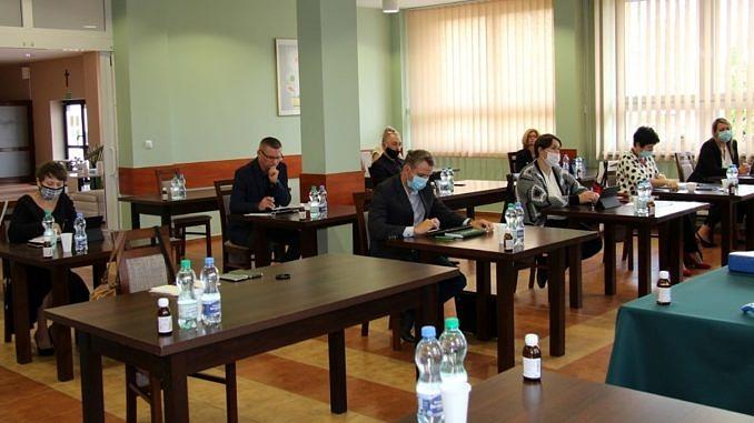 sesja Rady Gminy Wola Krzysztoporska - radni w maseczkach
