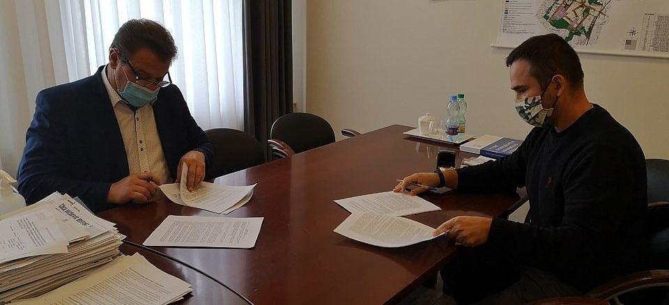 Wójt Roman Drozdek i Łukasz Stępień z firmy Ekoinżbud podpisują umowę