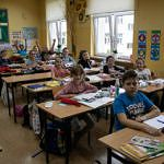 Dzieci w klasie przygotowujące ilustracje do swoich ulubionych książek