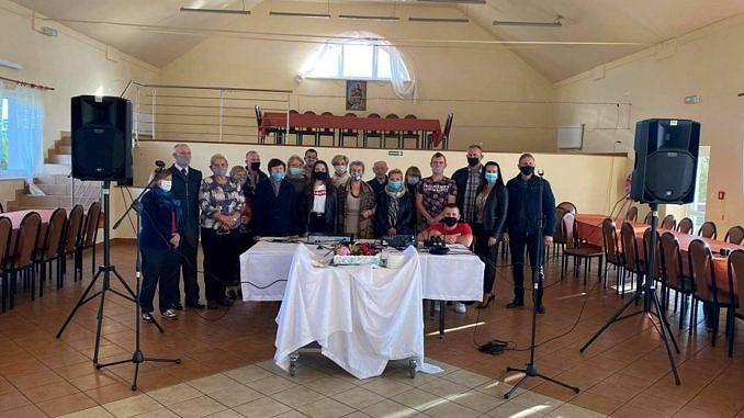 Grupa mieszkańców Piekar (w maseczkach) biorąca udział w spotkaniu integracyjnym
