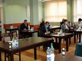 Radni przy stolikach podczas sesji Rday Giny Wola Krzysztoporska