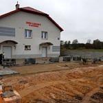Prace przy utwardzeniu terenu przy Domu Ludowym w Kacprowie