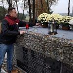 Sołtys Borowej Artur Jedrzejczyk stawia kwiaty na pomniku Bohaterów Września 1939 r. w Borowej