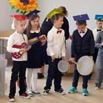 Kilkorodzieci z instrumentami muzycznymi