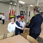 Dyrektor Bogusława Bajerowska odbiera od dzieci papierowe kwiaty