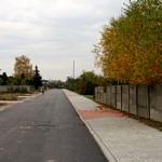 """Ulica """"bez nazwy"""" w Woli Krzysztoporskiej - nowy asfalt z chodnikiem i wjazdami do posesji"""
