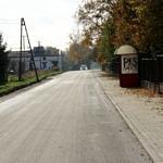 Droga Rokszyce - Oprzężów - nowy asfalt, nowa część chodnika i przystanek autobusowy w Rokszycach