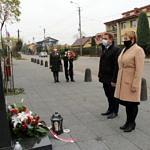 Wójt Roman Drozdek z wieńce i pzewodnicząca Rady Gminy Wola Krzysztoporska Małgorzata Gniewaszewska składaja kwiaty przed pomnikiem w Woli Krzysztoporskiej