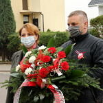 Jolanta Kołacińska i Tomasz Woźniak składają kwiaty przed pomnikiem w Woli Krzysztoporskiej