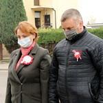 Jolanta Kołacińska i Tomasz Woźniak stoją z pochylonymi głowami