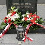 Pomnik w Woli Krzysztoposkiej - 1918 - 2018 W stulecie odzyskania niepodległości Polska dziękuje swoim Bohaterom biało-czerwone wieńce kwiatów i znicze