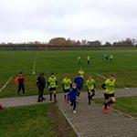 Zawodnicy LKS Wola Krzysztoporska w seledynowych koszulkach (bramkarze w niebieskich bluzach) schodzą z boiska