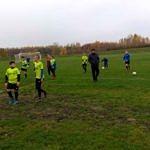 Zawodnicy LKS Wola Krzysztoporska w seledynowych koszulkach na boisku