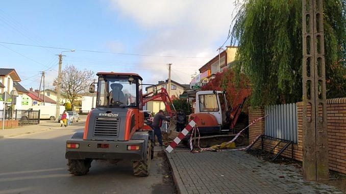 Sprzęt kanalizacyjny (koparka) przy pracy podczas przepięć kanalizacji
