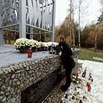 Sołtys Parzniewiczek Adam Zajaczkowski stawia kwiaty na pomniku Bohaterów Września 1939 r. w Borowej