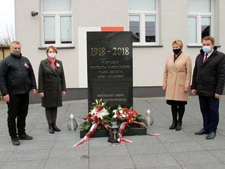 Przewodnicząca Rady Gminy Wola Krzysztoporska Małgorzata Gniewaszewska, wójt Roman Drozdek, Jolanta Kołacińska z GOK i Tomasz WoźniakGZ LZS stoją przed pomnikiem w Woli Krzysztoporskiej