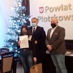 Oliwia Banasiak ze starostą Piotrem Wojtysiakie i Michałem Tokarskim ze stowarzyszenia Euroaktywni. Dziewczynka trzyma dyplom i torbę z nagrodą